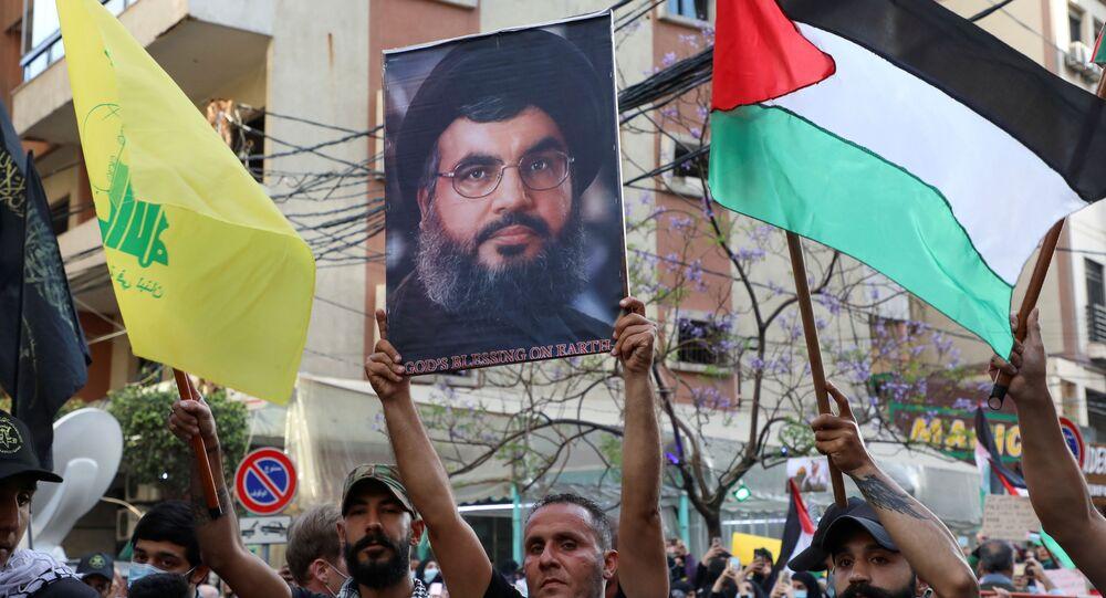 Um manifestante segura uma foto do líder libanês do Hezbollah Sayyed Hassan Nasrallah, durante um protesto para expressar solidariedade ao povo palestino, nos subúrbios de Beirute, Líbano, 17 de maio de 2021