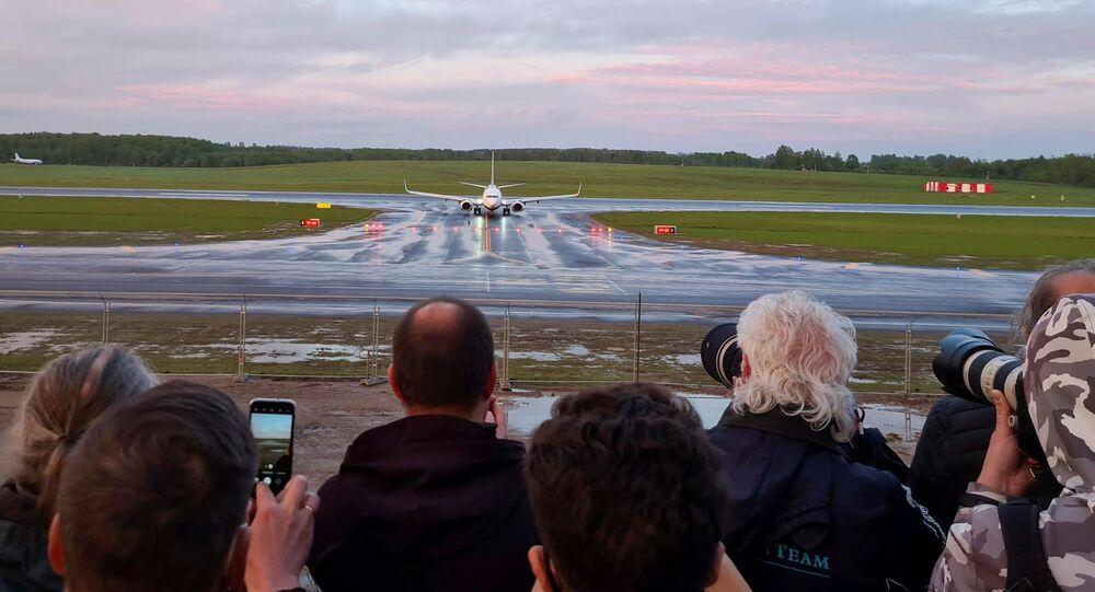 Avião da Ryanair que transportava Roman Protasevich, fundador de um canal no aplicativo Telegram considerado extremista por Minsk, desviado para Belarus por suposta ameaça de bomba, pousa no Aeroporto de Vilnius, Lituânia, 23 de maio de 2021