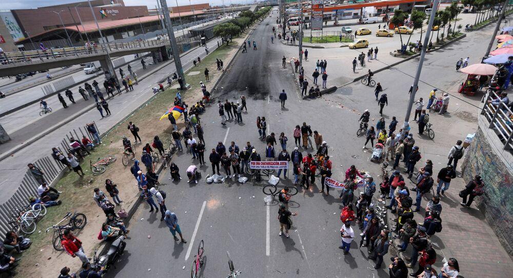 Manifestantes participam de protesto exigindo ação governamental para combater a pobreza, violência policial e desigualdades nos sistemas de saúde e educação, em Bogotá, Colômbia, 24 de maio de 2021