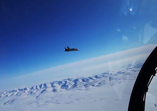 Caça MiG-31 russo simulando interceptação de avião inimigo tentando entrar no espaço aéreo da Rússia em alta altitude e velocidade supersônica, durante exercício militar no Ártico