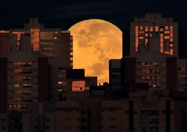 Lua é fotografada no horizonte de Brasília durante seu eclipse que coincidiu com a maior superlua do ano