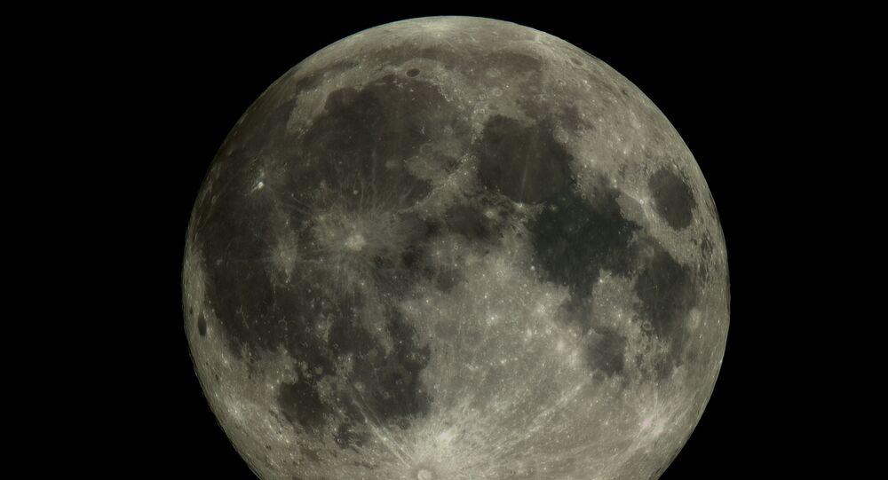 Foto da Lua tirada pela pequena sonda russa Aist-2D