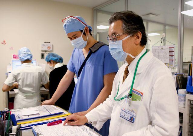 Médicos em meio ao surto da COVID-19, em Takatsuki, prefeitura de Osaka, Japão, 17 de maio de 2021