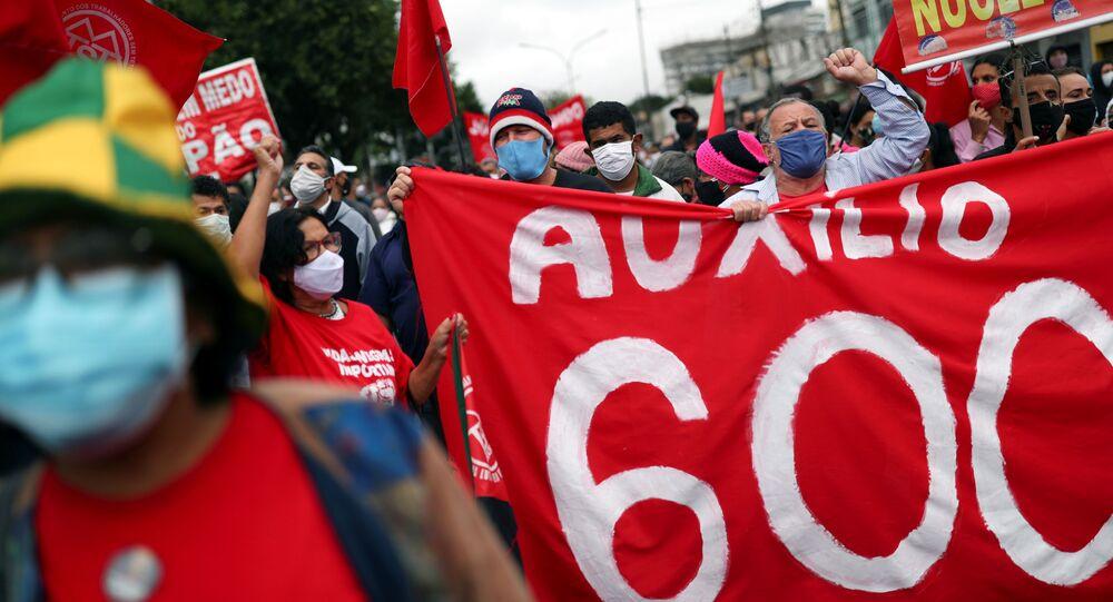 Manifestantes do Movimento dos Trabalhadores Sem Teto (MTST) bloqueiam uma avenida em protesto contra o presidente Jair Bolsonaro, exigindo vacinas contra a COVID-19 e ajuda emergencial durante a pandemia, em São Paulo, no dia 7 de maio de 2021