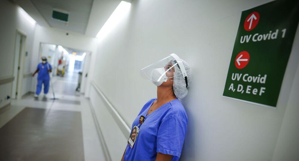 Funcionário de hospital em unidade para pacientes de COVID-19 no Hospital das Clínicas, em Porto Alegre
