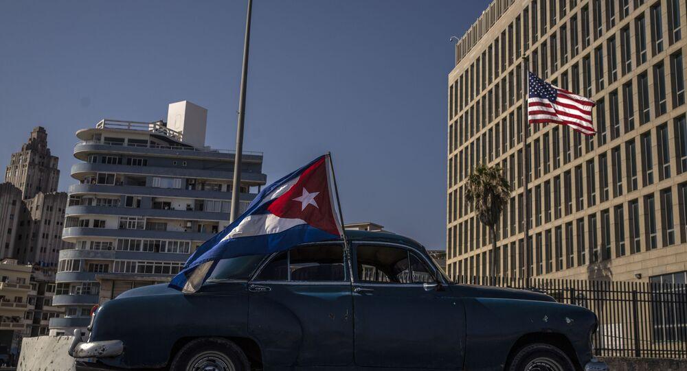 Motorista exibe a bandeira cubana em frente à embaixada norte-americana em Havana, durante manifestação pedindo o fim do embargo sobre a ilha