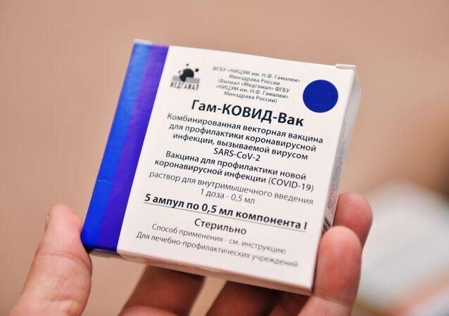 Em Sukhumi, na Rússia, uma pessoa segura uma embalagem da vacina russa Sputnik V contra a COVID-19, em 17 de maio de 2021
