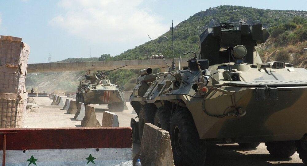 Em Idlib, na Síria, blindados russos são vistos durante patrulha ao lado de militares russos, em 22 de julho de 2020