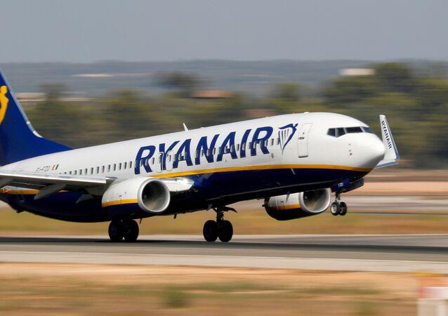 Um avião Boeing 737-800 da companhia aérea Ryanair decola do aeroporto de Mallorca, na Espanha