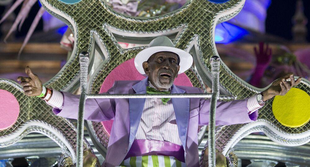 Nesta foto de arquivo tirada em 12 de fevereiro de 2018, Nelson Sargento é visto desfilando com sua escola de coração, a Estação Primeira de Mangueira, durante o Carnaval do Rio de Janeiro, no Sambódromo da Marquês de Sapucaí