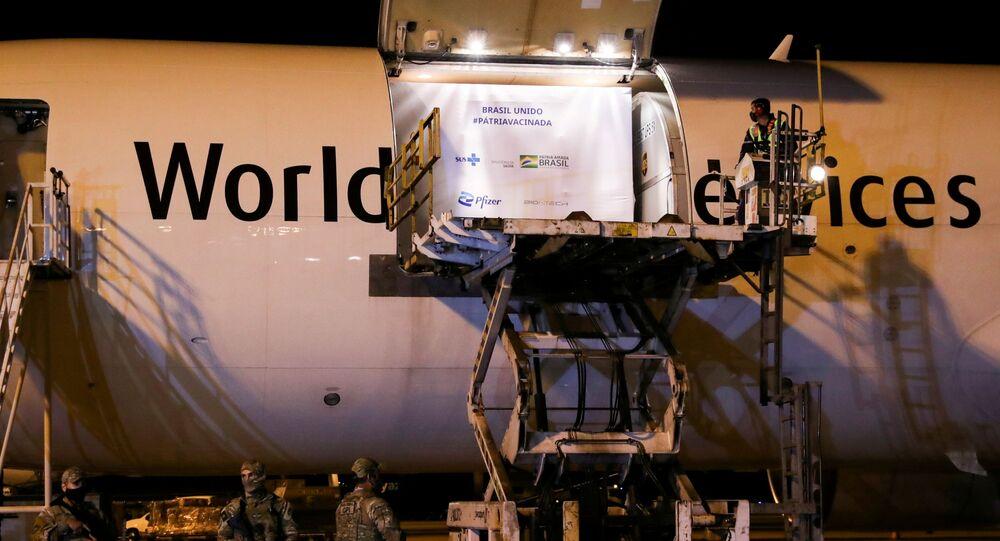 Avião com remessa de doses da vacina da Pfizer contra o coronavírus chegam ao aeroporto Viracopos, em Campinas (SP)