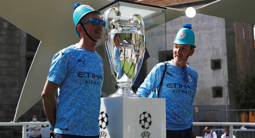 Torcedores britânicos posam para foto com a réplica do troféu da Champions League no Porto, em 28 de maio de 2021