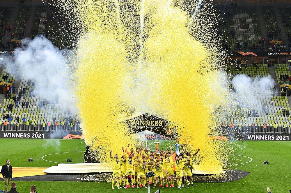 Jogadores do Villarreal celebram a vitória da final da Liga Europa da UEFA, derrotando o Manchester United no estádio de Gdansk, Polônia, 26 de maio de 2021