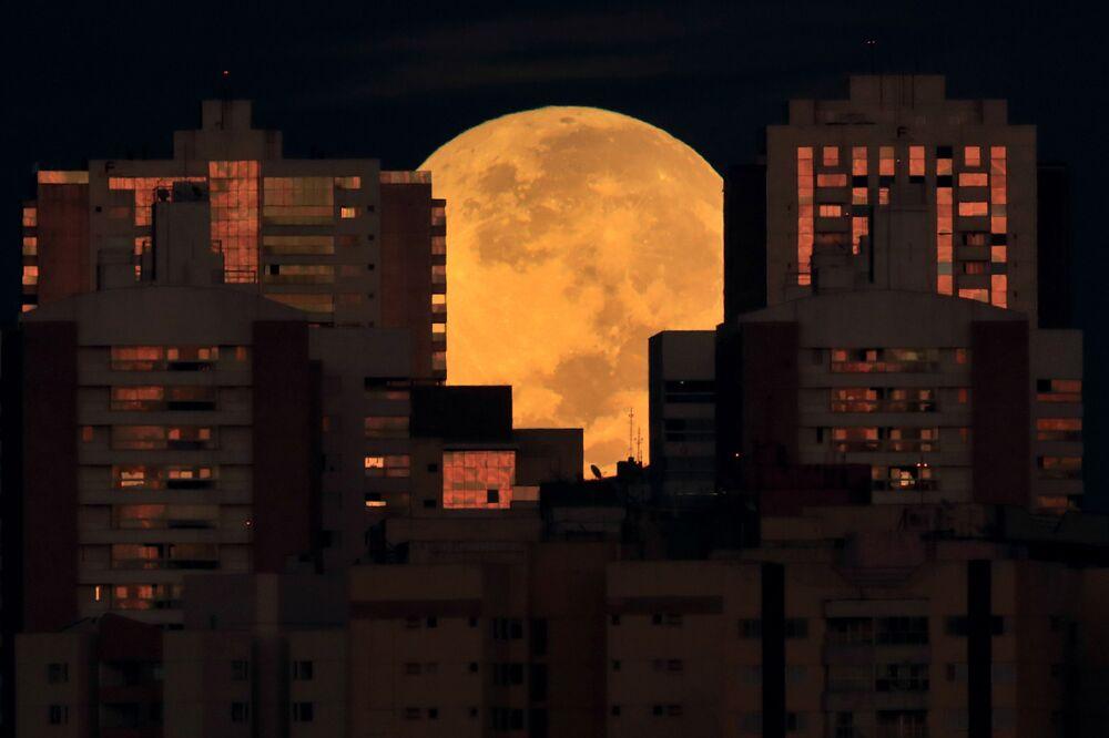 Lua sobre os edifícios no início do eclipse lunar em Brasília, Brasil, 26 de maio de 2021
