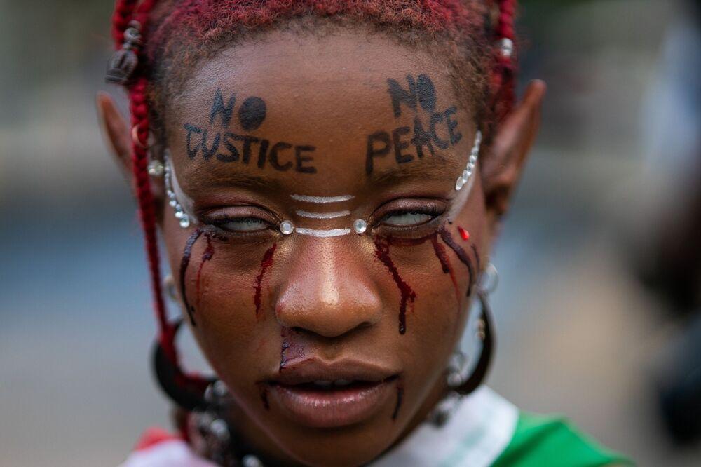 Mulher participa de protesto em memória de George Floyd, no 1º aniversário de sua morte, 25 de maio de 2021, Nova York, EUA