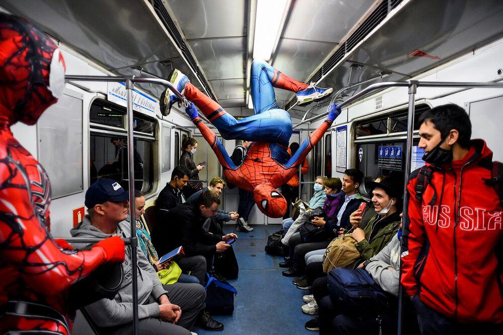 Dançarino fantasiado de Homem-Aranha atuando no metrô de São Petersburgo, 21 de maio de 2021