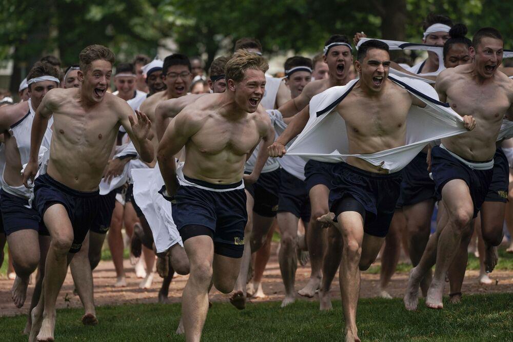 Estudantes da Academia Naval dos EUA celebram o fim do primeiro ano em Annapolis, EUA, 22 de maio de 2021