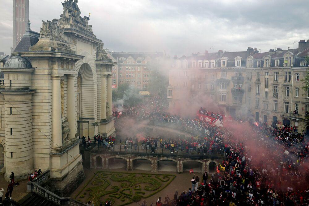 Jogadores do Lille acenam aos fãs após ganhar o Campeonato Francês da primeira liga, França, 24 de maio de 2021