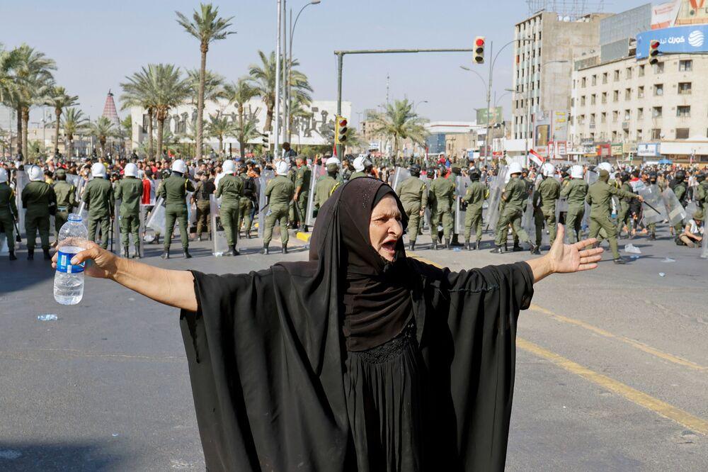 Mulher gesticula durante protesto antigovernamental em Bagdá, Iraque, 25 de maio de 2021