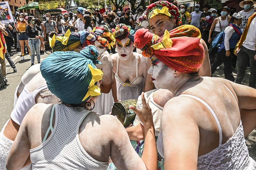 Artistas fazem exibição durante recente protesto antigovernamental contra o presidente colombiano Iván Duque, em Medellin, Colômbia, 26 de maio de 2021