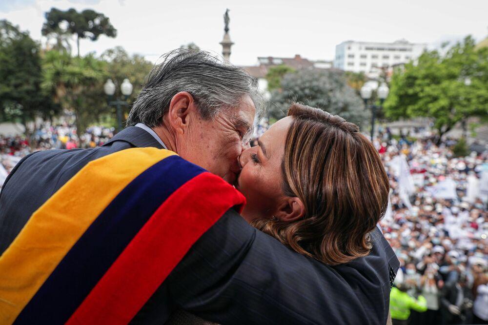 Presidente do Equador, Guillermo Lasso, abraça a primeira-dama María de Lourdes Alcívar após a tomada de posse, em Quito, Equador, 24 de maio de 2021