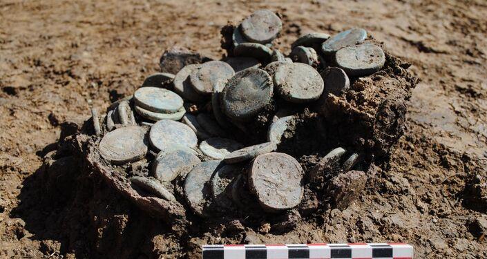 Recipiente com moedas encontrado em assentamento na França
