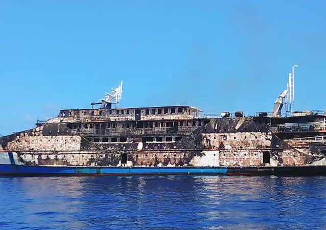 Embarcação KM Karya Indah completamente destruída pelas chamas na Indonésia