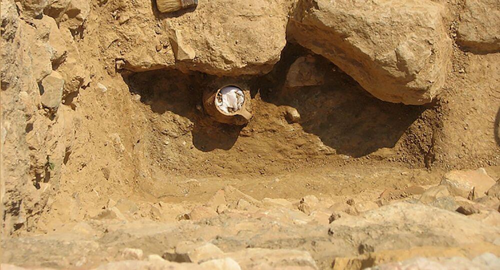 O frasco, datado de cerca de 300 a.C., foi encontrado em 2006 dentro de um prédio usado por artesãos na Ágora de Atenas