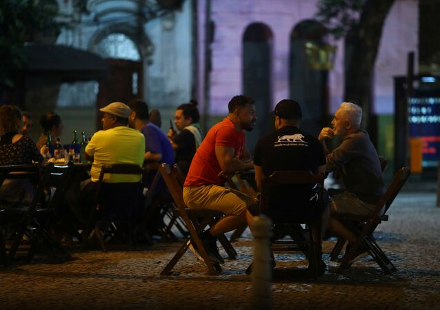 Pessoas reunidas em bar depois que a Prefeitura do Rio de Janeiro permitiu que bares e restaurantes abrissem sem restrições de horário, em meio à pandemia do novo coronavírus
