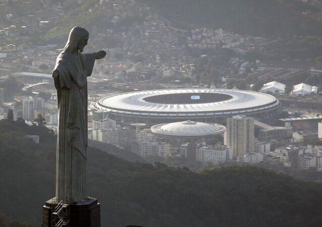 Estátua do Cristo Redentor com o estádio do Maracanã ao fundo. Foto de Arquivo