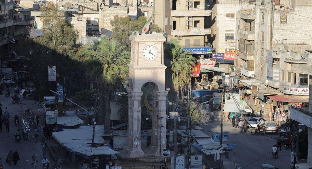 Pessoas passeiam perto da Torre do Relógio da cidade de Idlib, Síria, 7 de maio de 2021