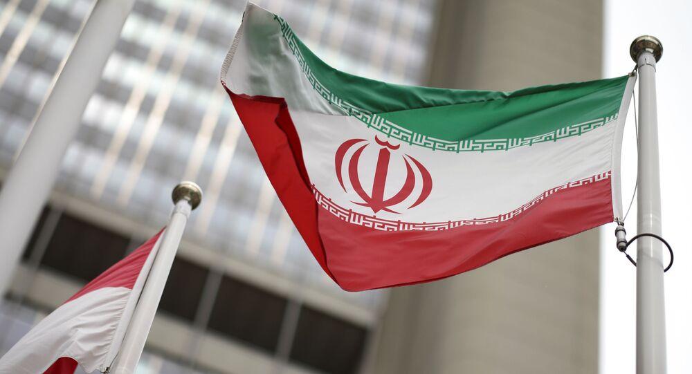 Bandeira iraniana hasteada em frente ao prédio da ONU, que abriga a sede da AIEA em Viena, Áustria, 24 de maio de 2021