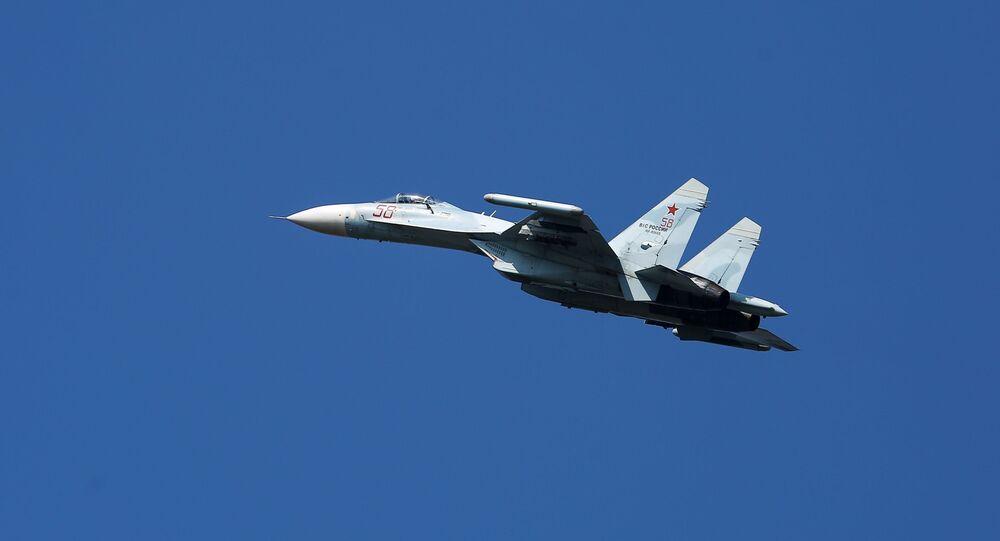 Caça multiuso Su-27 durante voo no Distrito Militar do Sul na região de Krasnodar, Rússia