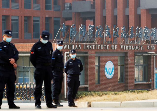 Pessoal de segurança vigia fora do Instituto de Virologia de Wuhan durante visita de equipe da Organização Mundial da Saúde (OMS) encarregada de investigar as origens da doença do novo coronavírus (COVID-19) em Wuhan, província de Hubei, China, 3 de fevereiro de 2021