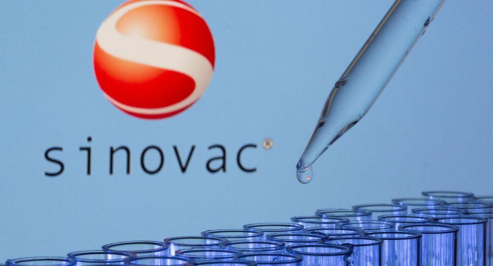 Tubos de ensaio em frente a logotipo da Sinovac em 21 de maio de 2021