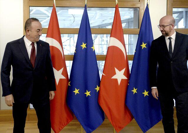 O ministro das Relações Exteriores da Turquia, Mevlut Cavusoglu, à esquerda, e o presidente do Conselho Europeu, Charles Michel, posam para uma foto antes de sua reunião na sede do Conselho Europeu em Bruxelas,  22 de janeiro de 2021.