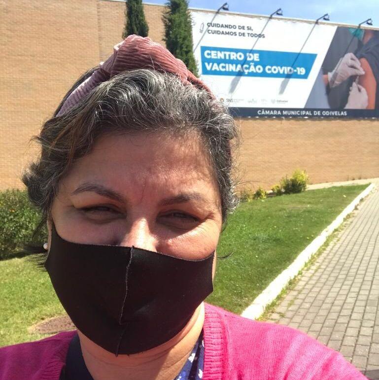 A brasileira Katia Gonzaga, de 57 anos, depois de tomar a primeira dose da Moderna em Lisboa