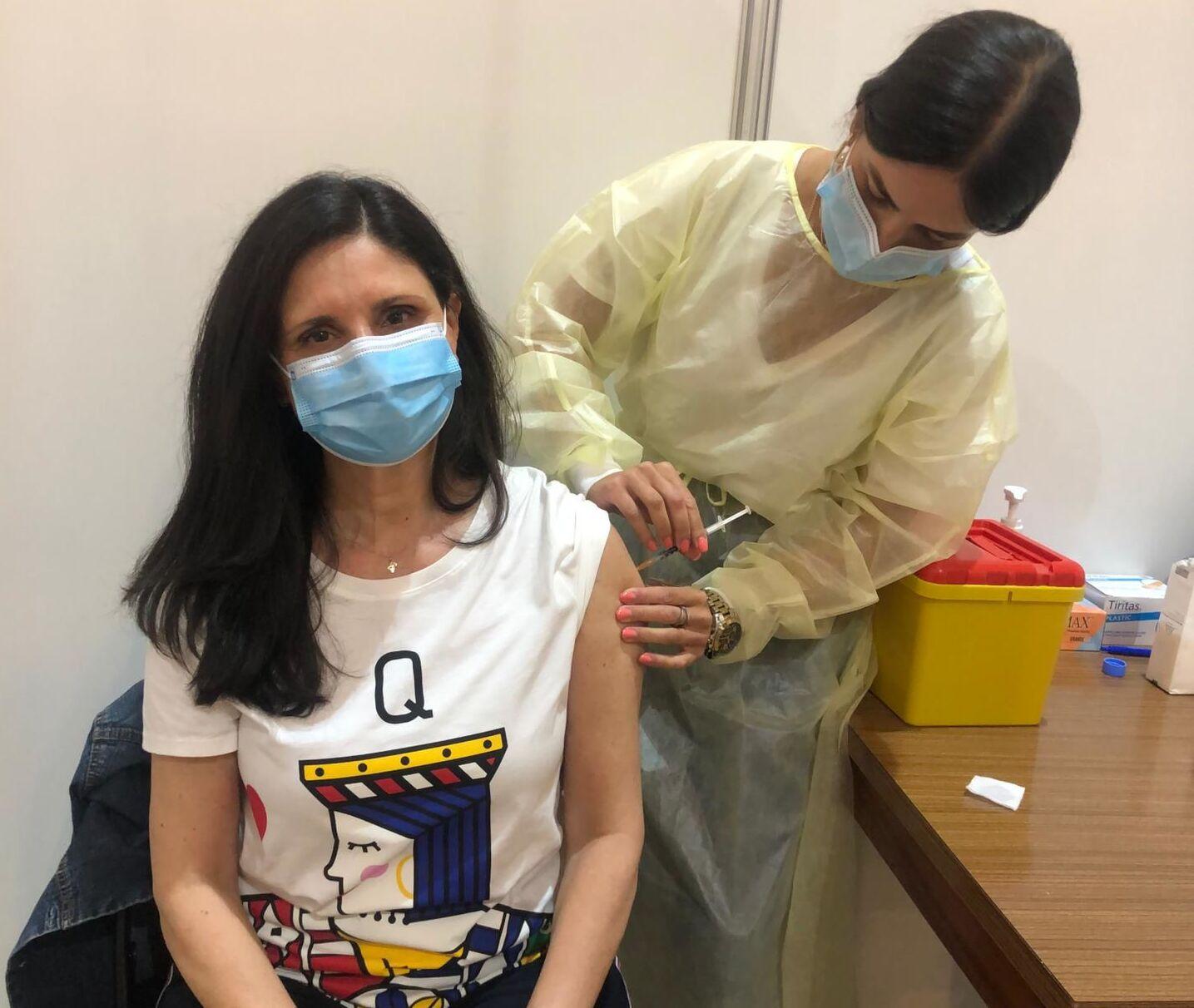 A gaúcha Raquel Maciel, de 57 anos, durante a 1ª dose de Pfizer: ansiosa pelo passaporte da vacinação