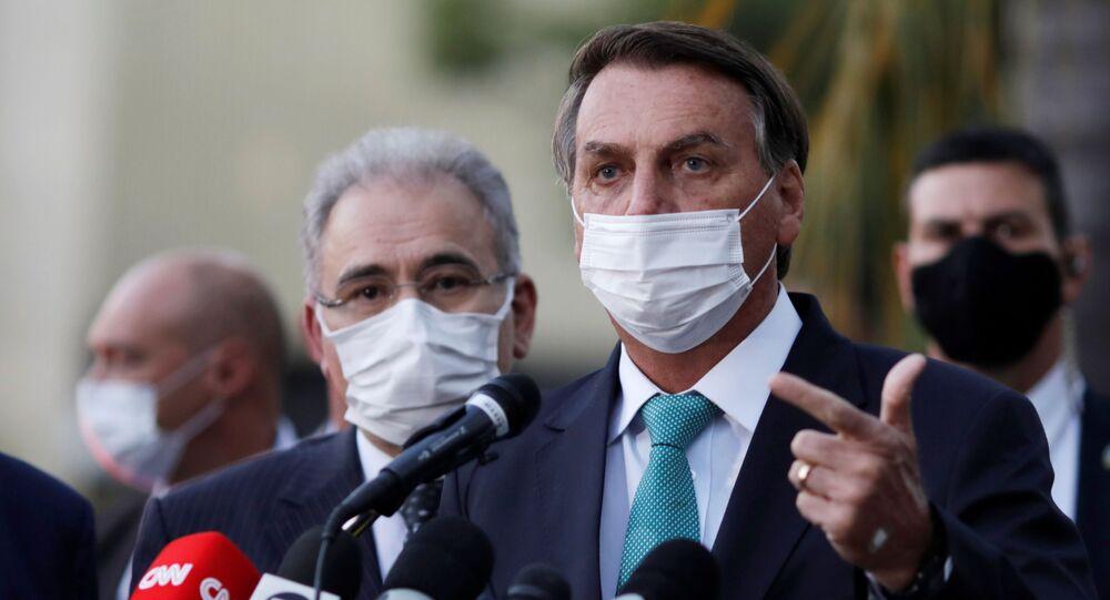 Presidente Jair Bolsonaro após cerimônia de assinatura do contrato de transferência de tecnologia de produção de vacinas com a AstraZeneca, Brasília, 1º de junho de 2021