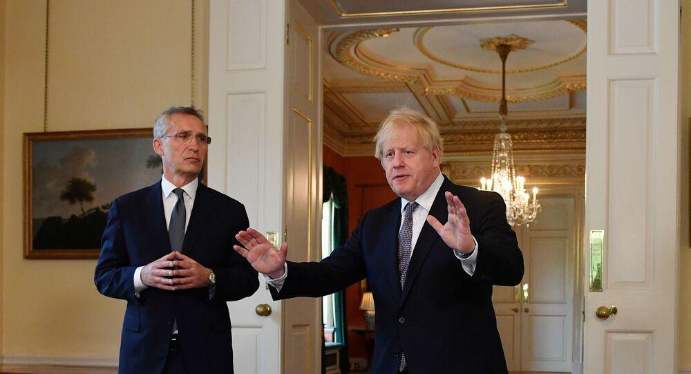 Premiê britânico, Boris Johnson, e o secretário-geral da OTAN, Jens Stoltenberg, durante coletiva de imprensa após seu encontro em Downing Street, Londres, 2 de junho de 2021