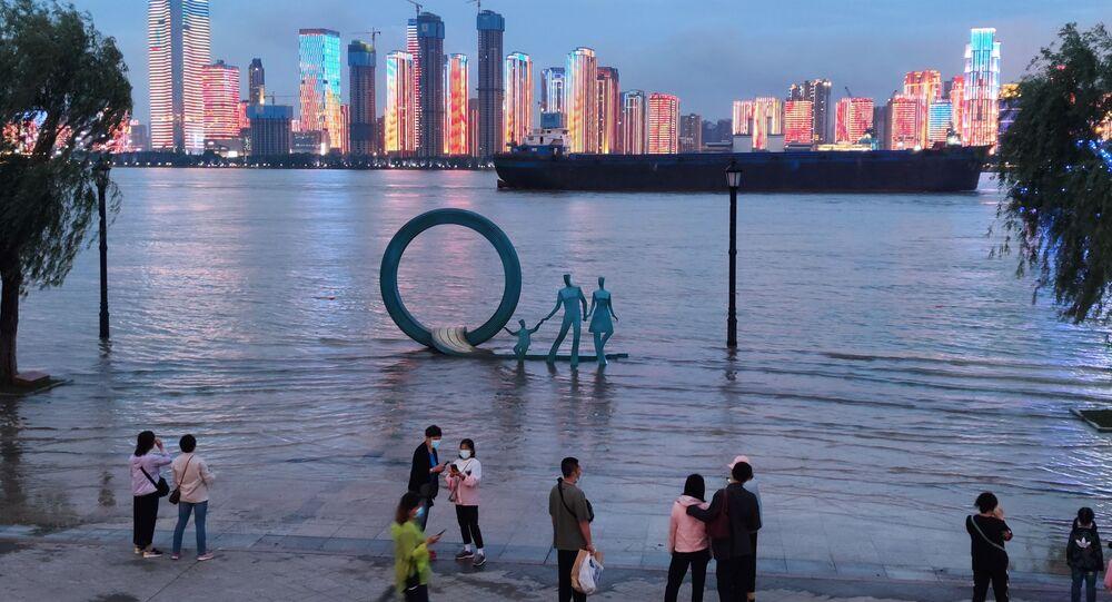 Pessoas ao lado do rio Yangtze em Wuhan, província de Hubei, China, 26 de maio de 2021