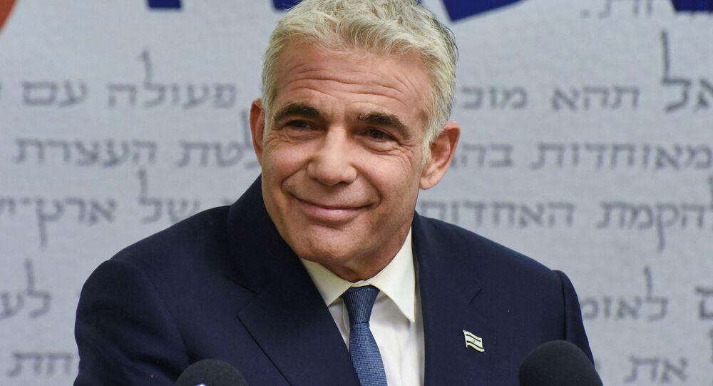 Yair Lapid, diretor do partido centrista Yesh Atid, entrega declaração à mídia antes da reunião do partido no Knesset, o parlamento de Israel, em Jerusalém, 31 de maio de 2021
