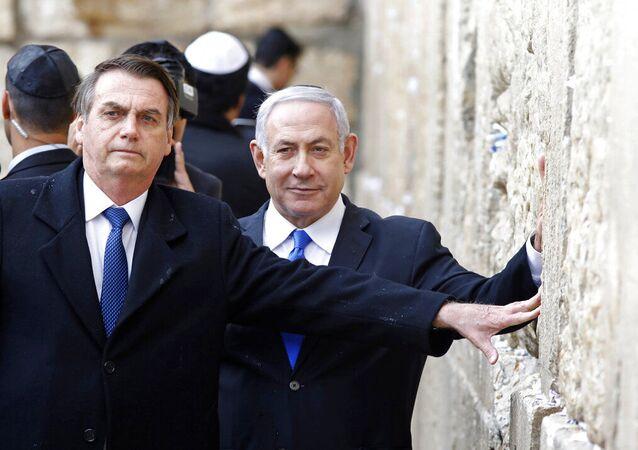 Presidente Jair Bolsonaro, à esquerda, e o primeiro-ministro israelense Benjamin Netanyahu tocam o Muro das Lamentações, o local mais sagrado onde os judeus podem orar, na Cidade Velha de Jerusalém. Foto de arquivo