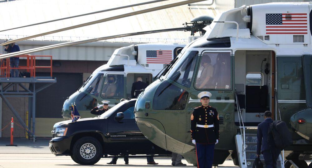 Fuzileiro naval faz continência a Joe Biden, presidente dos EUA, na base militar da Guarda Aérea Nacional em New Castle, Delaware, EUA, 17 de maio de 2021