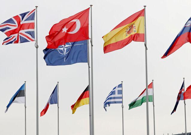 Bandeiras dos países-membros da OTAN na sede da aliança em Bruxelas, Bélgica, 28 de fevereiro de 2020