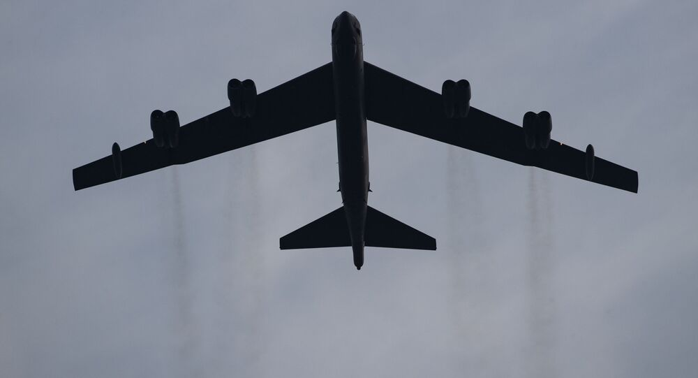 Stratofortress B-52 voa no gramado sul da Casa Branca, Washington, EUA, 4 de julho de 2020