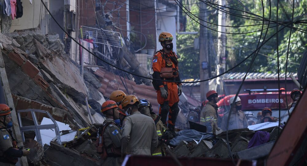 Bombeiros e equipas de resgate buscando vítimas após o desabamento de prédio no Rio das Pedras, Rio de Janeiro, 3 de junho de 2021