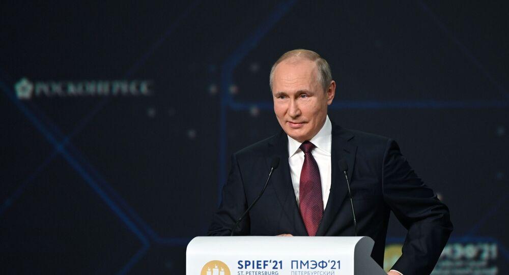 Presidente da Rússia, Vladimir Putin, discursa na sessão plenária do Fórum Econômico Internacional de São Petersburgo, 4 de junho de 2021
