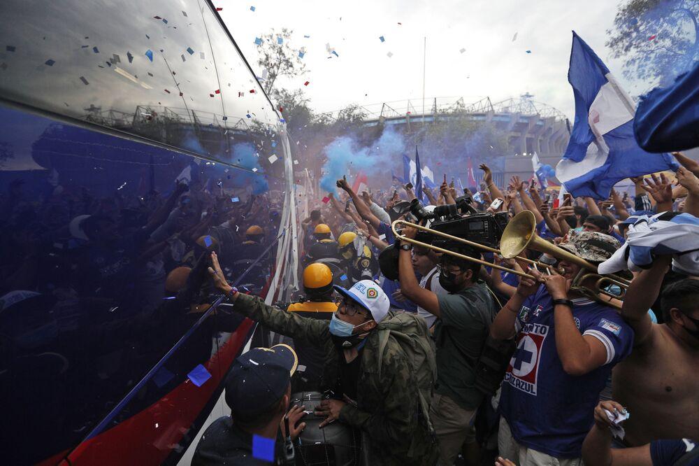 Torcedores da Cruz Azul aclamam o ônibus da equipe chegando ao estádio Azteca antes da final do campeonato mexicano de futebol contra o Santos