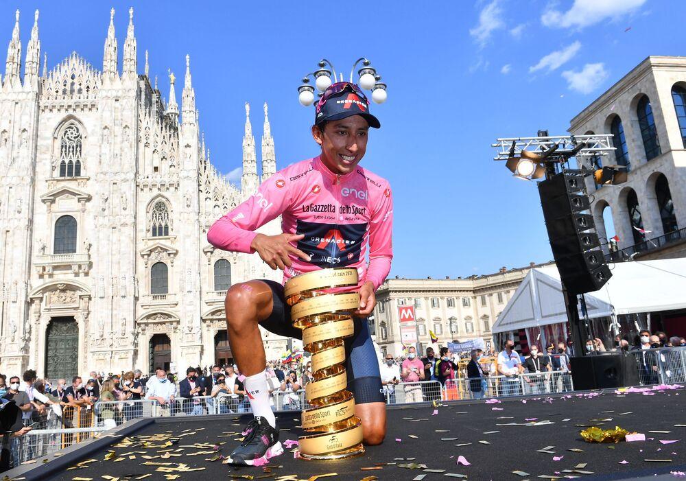 Ciclista colombiano Egan Arley Bernal Gomez posa com o troféu, celebrando sua vitória no Giro d'Itália
